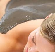 Лечебен масаж с кал и минерални соли от Мъртво море