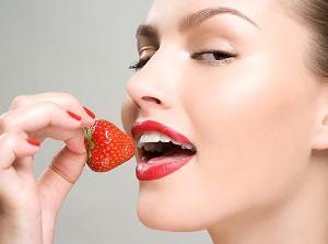 strawberry massage Масаж с ягода и шампанско